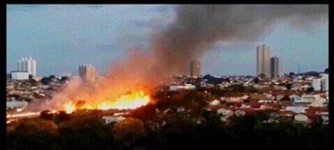 Bombeiros levam cerca de cinco horas para combater incêndio em Araxá - A suspeita é que a combustão que iniciou a queimada foi criminosa. Bombeiro faz alerta.