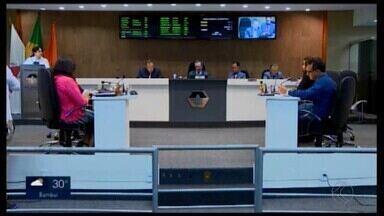 Reportagem mostra gastos de vereadores de Divinópolis com material de escritório - A verba disponibilizada para os parlamentares é igual para cada gabinete, mas tem diferença no gasto. Em alguns casos, o valor é quase 30 vezes maior de um gabinete para outro. Secretário geral da Câmara fala sobre o recurso.