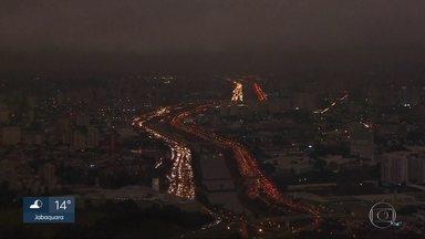 Dia vira noite durante a tarde desta segunda (19) em São Paulo - Fumaça de queimadas e nuvem espessa contribuíram para o fenômeno. Veja a previsão do tempo para esta semana.
