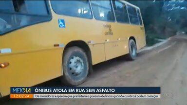 Ônibus atola em rua sem asfalto em Almirante Tamandaré - Moradores esperam que prefeitura e governo definam quando as obras podem começar.