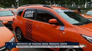 Taxistas fazem manifestação e querem reunião com a prefeitura - O protesto deixa o trânsito lento e complicado na região do Centro Cívico
