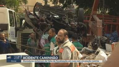 Motorista que provocou acidente no bairro Santo Antônio, em BH, está no Ceresp Gameleira - Caminhão com caçamba desceu desgovernado a Rua Professor Aníbal de Matos, no bairro Santo Antônio, na Região Centro-Sul da capital mineira.