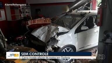 Carro invade oficina de motos após motorista perder controle da direção, em Goiânia - Veículo chegou a derrubar parte da parede da oficina.