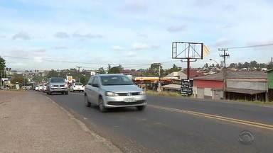 Falta de sinalização causa acidentes e preocupa moradores dos arredores da ERS-020 - Telespectadores pediram via WhatsApp e a equipe do Jornal do Almoço foi até Gravataí conferir.