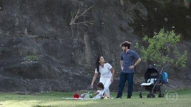 Tadeu consegue enganar Cida - Cida não percebe as intenções do rapaz ao levá-la para longe no parque