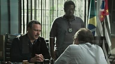 Almeidinha convence Cristiano a revelar o paradeiro do biomédico Fernando - Fernando é detido tentando deixar a cidade