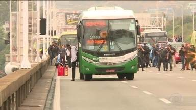 Atirador de elite mata sequestrador e liberta mais de 30 reféns em ônibus no Rio - No vão central da Ponte Rio-Niterói, sequestrador mandou motorista atravessar ônibus na pista e ameaçou atear fogo no veículo. Reféns viveram mais de três horas de terror.