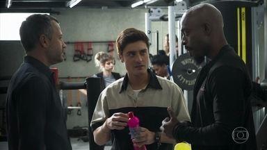 Por influência de Agno, Adriano contrata Leandro - Agno diz para Rock que Fabiana está causando problemas na construtora