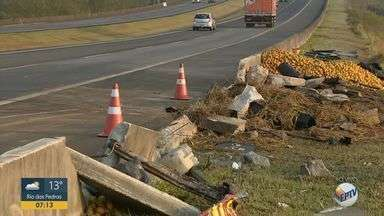 Sequência de acidentes deixa Rodovia dos Bandeirantes em Limeira com 17 km de trânsito - Cinco veículos se envolveram no acidente da madrugada desta quarta (21). Quatro pessoas ficaram feridas.