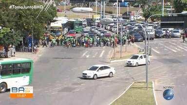 Baleiros fazem manifestação e pedem regulamentação da profissão, na Avenida ACM - Segundo a associação que regula a categoria, são 800 vendedores ambulantes credenciados.