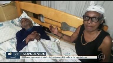 INSS cancela aposentadoria de idoso doente - Filha levou o pai até a agência para provar que o idoso está vivo e mesmo assim não conseguiu vencer a burocracia