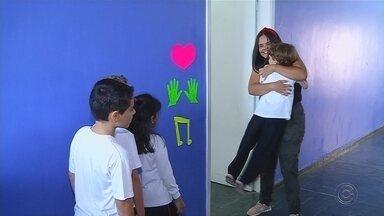 Estagiária de escola de Rio Preto cumprimenta alunos de jeito 'especial' - Uma estagiária de uma escola de São José do Rio Preto (SP) adotou uma nova forma divertida e engraçada de cumprimentar os alunos.
