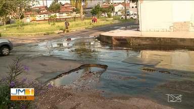 Asfalto danificado provoca vazamentos em ruas de bairro da capital - Moradores reclamam dos prejuízos nos carros que trafegam pelo Jardim Renascença.