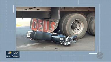 Moto para embaixo de caminhão em acidente e motociclista fica ferido - Moto para embaixo de caminhão em acidente e motociclista fica ferido