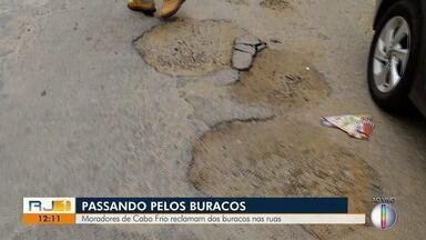 Moradores de Cabo Frio reclamam dos buracos na rua - Equipe da Inter TV percorreu bairros da cidade durante o RJ1.