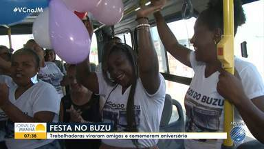 Empregadas domésticas celebram aniversário dentro de ônibus em Feira de Santana - Trabalhadoras se conheceram dentro do transporte e se tornaram amigas.