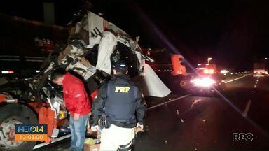 Acidente entre três caminhões deixa motorista ferido na BR-376, em Ponta Grossa - Duas faixas da rodovia precisaram ser interditadas para limpeza do local.