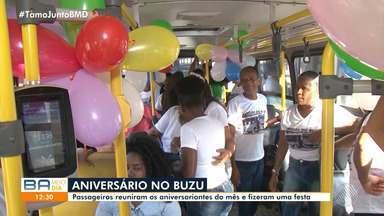 Trabalhadoras comemoram aniversário com passageiros dentro de ônibus, em Feira de Santana - Empregadas domésticas se conheceram no transporte público há um ano e desde então se tornaram amigas.