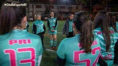 Atacante do time feminino do Grêmio é treinadora nas horas vagas - Assista ao vídeo.
