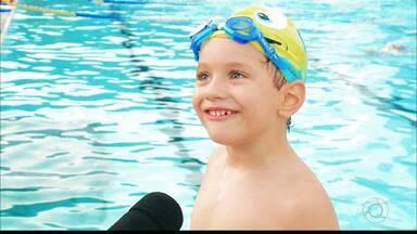 Crianças dão show de fofura praticando natação em João Pessoa - Qual é a o momento certo para os pequenos começarem a praticar esportes aquáticos?