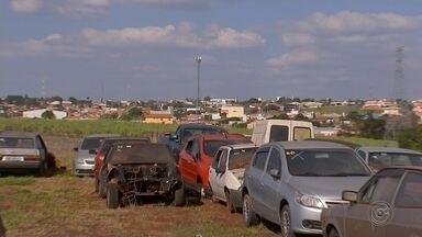 Departamento de Trânsito de Cerquilho recolhe carros abandonados por donos - O Departamento de Trânsito de Cerquilho está recolhendo carros que foram abandonados pelos donos há anos.