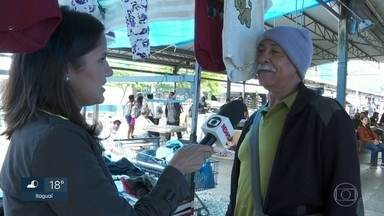 Ambulantes ganham dinheiro vendendo gorro e cachecol em Bangu - Às 9h desta sexta-feira (23) o termômetro marcava 20ºC no bairro mais quente do Rio de Janeiro.