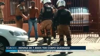 Menina de 7 anos tem 48% do corpo queimado em Londrina - Estado dela é considerado grave. Um parente dela foi preso. Ele é suspeito de ter ateado fogo no corpo da menina.