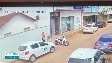 Moradora de Pinheiros tem carro roubado no meio do Centro da cidade - Toda a ação foi flagrada por uma câmera de videomonitoramento.