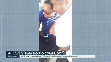 Mulher é atingida por dois tiros quando chegava para trabalhar no Rio Comprido, Zona Norte - Eliane Cristina Melo foi socorrida por colegas de trabalho. O estado de saúde dela é estável.