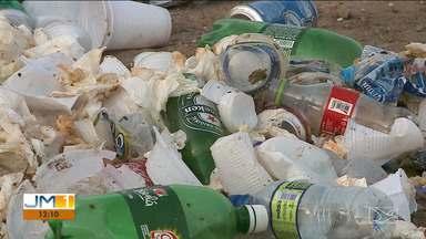 Moradores denunciam descarte irregular de lixo em bairro de São Luís - No bairro Cohaserma, uma área identificada que abriga um poço artesiano da Companhia de Saneamento Ambiental do Maranhão (Caema), está sendo utilizada como depósito de lixo por moradores de área vizinha.