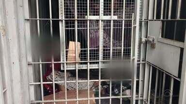 Falta de vagas deixa detidos em viaturas e contêineres no RS - 54 presos aguardavam transferência na manhã desta quarta (28) no Vale dos Sinos.