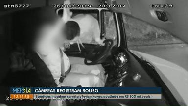 Câmera flagra roubo a um caminhoneiro, em Araucária - O crime aconteceu logo que o caminhoneiro saiu de uma refinaria. Toda a carga de combustível foi levada.