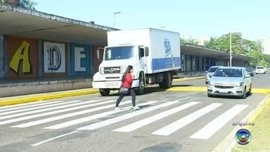 Placas são instaladas para alertar pedestres em Araçatuba - Após dois pedestres morrerem atropelados em Araçatuba (SP), o departamento de trânsito está instalando placas em uma avenida e em outras com alto índice de acidentes.