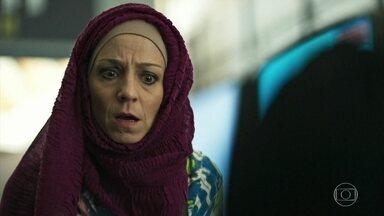 Mágida chega ao Brasil e se surpreende ao encontrar Dalila à sua espera - Ela reconhece a filha do sheik Aziz e se preocupa com o que pode lhe acontecer