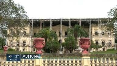 O Museu nacional deve reabrir as portas em 2022 - O prédio pegou fogo em setembro de 2018. E passa por restauração. cerca de R$ 70 milhões em reais foram doados por várias entidades e governos para as reformas. Das 37 coleções, 17 foram total ou parcialmente perdidas