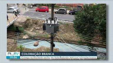 Coloração de córrego preocupa população de Volta Redonda - Córrego Cachoeirinha fica entre as ruas 18-B e 33, na Vila Santa Cecília.
