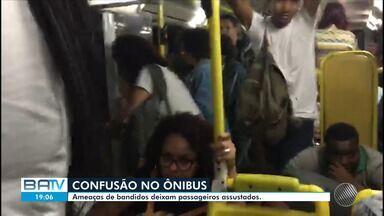 Criminosos cercam ônibus e causam pânico em passageiros ao ameaçarem incendiar veículos - Caso ocorreu na Via Regional, logo depois do estádio do Barradão, em Salvador, nesta quarta-feira (28).