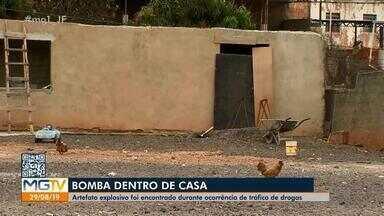 Bope neutraliza explosivo encontrado em casa de suspeitos de tráfico em Juiz de Fora - Equipe do Esquadrão Antibombas veio de Belo Horizonte para as providências corretas. Segundo PM, artefato é do tipo usado em explosões de caixas eletrônicos. Quatro pessoas, três da mesma família, foram detidas na ocorrência.