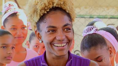 Tuany criou projeto social para crianças no Complexo do Alemão - Aulas em quadra esportiva miram também desenvolvimento de autoestima e outros valores