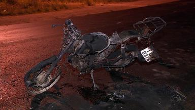Duas pessoas morrem em acidente entre moto e ônibus na ERS-030, em Gravataí - Após colisão frontal entre os veículos, moto pegou fogo.