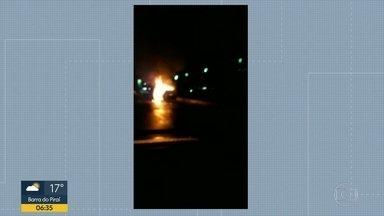Incêndio atinge carro na Av. Vinte de Janeiro - Problema acontece no sentido Estrada do Galeão