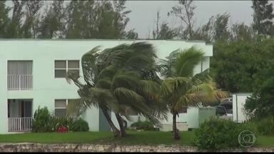 Furacão Dorian atinge as Bahamas com ventos de quase 300 km/h e deixa EUA em alerta - O Dorian é até agora a tempestade mais forte do planeta registrada em 2019 e a segunda maior já registrada no Oceano Atlântico. O furacão atingiu as Bahamas no domingo (1º). A Cruz Vermelha divulgou que cerca de 13 mil casas foram danificadas ou destruídas. Vários estados da costa leste americana já estão em alerta.
