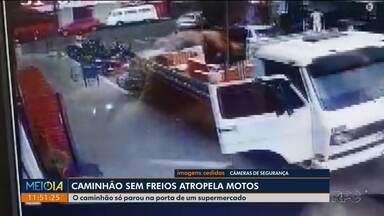 Caminhão sem freios atropela motos e quase invade mercado em Arapongas - Ninguém ficou ferido.
