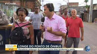 Moradores de Cajazeiras reclamam da distância entre as casas e os pontos de ônibus - Usuários do transporte precisam percorrer uma longa distância a pé, em uma caminhada que dura cerca de 20 minutos.