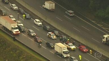 Engavetamento com 18 carros interdita a rodovia Anhaguera - O acidente foi no km 19 em Osasco, na região metropolitana de São Paulo. Pistas foram liberadas no começo da manhã.