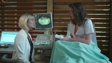 Meg se desespera com gravidez - Lígia tenta acalmar a jovem e avisa que elas precisam conversar sobre o pré-natal