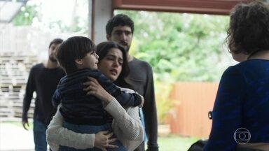 Laila conta para Cibele o que aconteceu no Instituto - Ela decide ir para o hospital acompanhar Helena