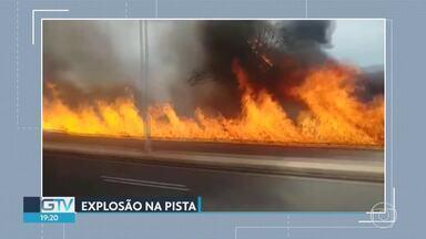 Carreta que transportava combustível explode após tombar em avenida de Ribeirão das Neves - Motorista sofreu queimaduras e foi levado para o Hospital São Judas Tadeu.