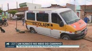 Van que transportava 13 crianças cai em buraco na Vila Vitória, em Campinas - Acidente aconteceu no início da tarde desta segunda-feira (2). Ninguém ficou ferido.
