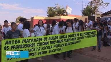 Alunos protestam contra a morte de professor em Águas Lindas de Goiás - O estudante Anderson da Silva Leite, que matou o professor a facadas, foi transferido para o presídio de Valparaíso, depois de receber ameças de outros presos em Águas Lindas de Goiás.
